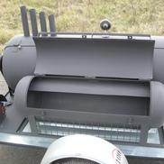 Přívěs s grilem na prase nebo 12 kuřat